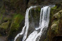 Cascata fra le scogliere muscose, Islanda Fotografia Stock Libera da Diritti