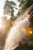 Cascata fresca alla luce di mattina, chiarore fantastico della lente con la luce luminosa dell'orlo Acqua pura della natura in fo immagini stock