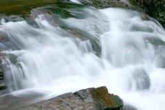 Cascata fumosa della montagna fotografia stock libera da diritti