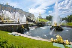 Cascata grande da fonte do palácio e do Samson de Peterhof, St Petersburg, Rússia foto de stock royalty free