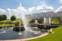 Cascata grande da fonte do palácio e do Samson de Peterhof, St Petersburg, Rússia imagem de stock
