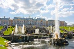 Cascata grande da fonte do palácio e do Samson de Peterhof, St Petersburg, Rússia foto de stock