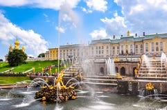 Cascata grande da fonte do palácio e do Samson de Peterhof, St Petersburg, Rússia fotos de stock