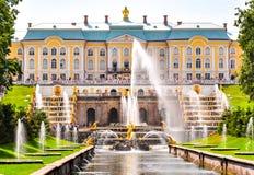 Cascata grande da fonte do palácio, do Samson de Peterhof e da aleia da fonte, St Petersburg, Rússia fotografia de stock