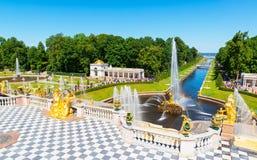 Cascata grande em Perterhof St Petersburg foto de stock
