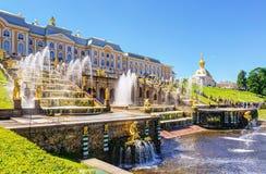 Cascata grande no palácio de Peterhof, St Petersburg fotografia de stock royalty free