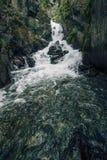 Cascata intatta scenica della montagna con acqua ghiacciata che scorre più Fotografia Stock