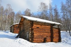A cascata líquida de moinhos de água na vila de Vladimirovka do distrito de Bratsky da região de Irkutsk, de finais do século dez fotos de stock