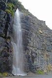 Cascata lungo la strada in Glacier National Park Fotografie Stock