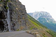 Cascata lungo la strada in Glacier National Park Fotografia Stock Libera da Diritti