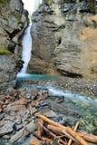 Cascata lungo la strada panoramica di Icefields nelle Montagne Rocciose canadesi fra Banff ed il diaspro Fotografie Stock