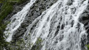 Cascata lungo roccia irregolare stock footage