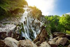Cascata majestosa da cachoeira de Powerscourt, a cachoeira a mais alta da água na Irlanda imagem de stock