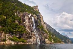 Cascata meravigliosa nel fiordo norvegese fotografie stock libere da diritti