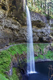 Cascata molle che precipita a cascata sull'acqua azzurrata blu Fotografia Stock