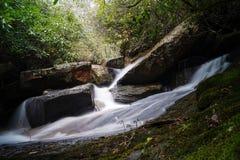 Cascata in montagna della Tabella Fotografia Stock Libera da Diritti