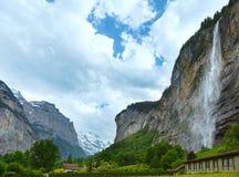 Cascata in montagna di estate Immagini Stock Libere da Diritti