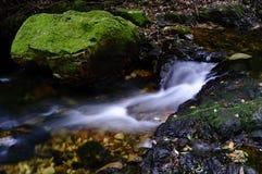 Cascata in montagna Tingere-HU immagini stock