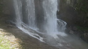 Cascata in montagne archivi video