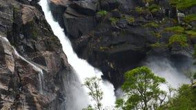 Cascata in montagne della Norvegia in tempo piovoso video d archivio