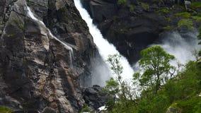 Cascata in montagne della Norvegia in tempo piovoso stock footage