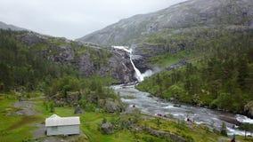 Cascata in montagne della Norvegia in tempo piovoso dalla vista dell'aria dal fuco archivi video