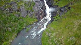 Cascata in montagne della Norvegia in tempo piovoso dalla vista dell'aria dal fuco stock footage