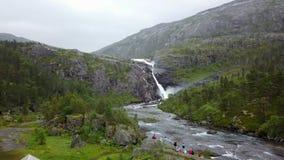 Cascata in montagne della Norvegia in tempo piovoso dalla vista dell'aria dal fuco video d archivio