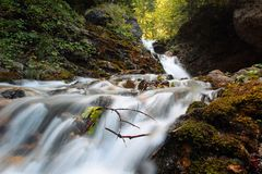 Cascata in montagne di Bucegi, città di Urlatoarea di Busteni fotografia stock