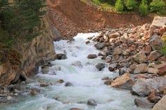 Cascata in montagne di Caucaso Immagine Stock