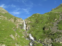 Cascata in montagne verdi Fotografia Stock