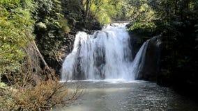 Cascata Namtok Thung Nang Khruan di Thung Nang Khruan in foresta profonda stock footage