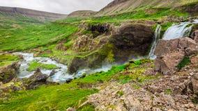 Cascata nas montanhas, Islândia da água Imagens de Stock