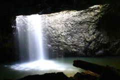 Cascata naturale del ponticello in caverna Fotografia Stock Libera da Diritti