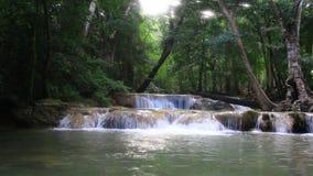 Cascata nel forestKanchanaburi, Tailandia stock footage