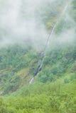 Cascata nel giorno nebbioso delle montagne, Norvegia Fotografie Stock
