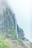 Cascata nel giorno nebbioso delle montagne, Norvegia Fotografia Stock Libera da Diritti