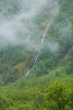 Cascata nel giorno nebbioso delle montagne, Norvegia Immagini Stock