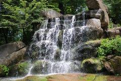 Cascata nel parco dendrological nazionale Immagine Stock