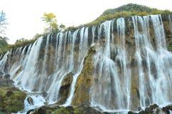 Cascata nel parco nazionale di Jiuzhaigou situato nel Nord della provincia del Sichuan nella regione sudoccidentale di Cina immagini stock