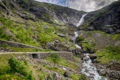 Cascata nel viaggio di estate della Norvegia Immagini Stock