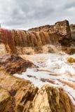 Cascata nell'area estraente di Riotinto, Andalusia, Spagna Immagini Stock