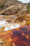Cascata nell'area estraente di Riotinto, Andalusia, Spagna Immagine Stock