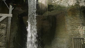 Cascata nella foresta di autunno al parco nazionale di Erawan, U.S.A. 4k video d archivio