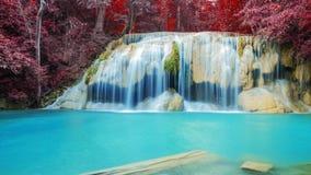 Cascata nella foresta di autunno alla cascata di Erawan Immagine Stock