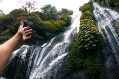 Cascata nella foresta pluviale che la mano indica la cascata Bellezza della cascata della natura immagini stock libere da diritti