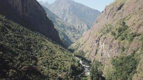 Cascata nella gamma Nepal dell'Himalaya dalla vista dell'aria dal fuco archivi video