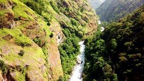 Cascata nella gamma Nepal dell'Himalaya dalla vista dell'aria dal fuco video d archivio