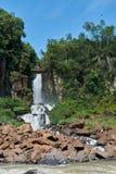 Cascata nella giungla con le rocce nel fiume con cielo blu fotografie stock