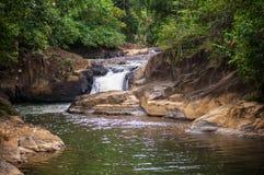 Cascata nella stagione delle pioggie, cascata di Maliwan, Kawthaung, Myanmar Immagini Stock